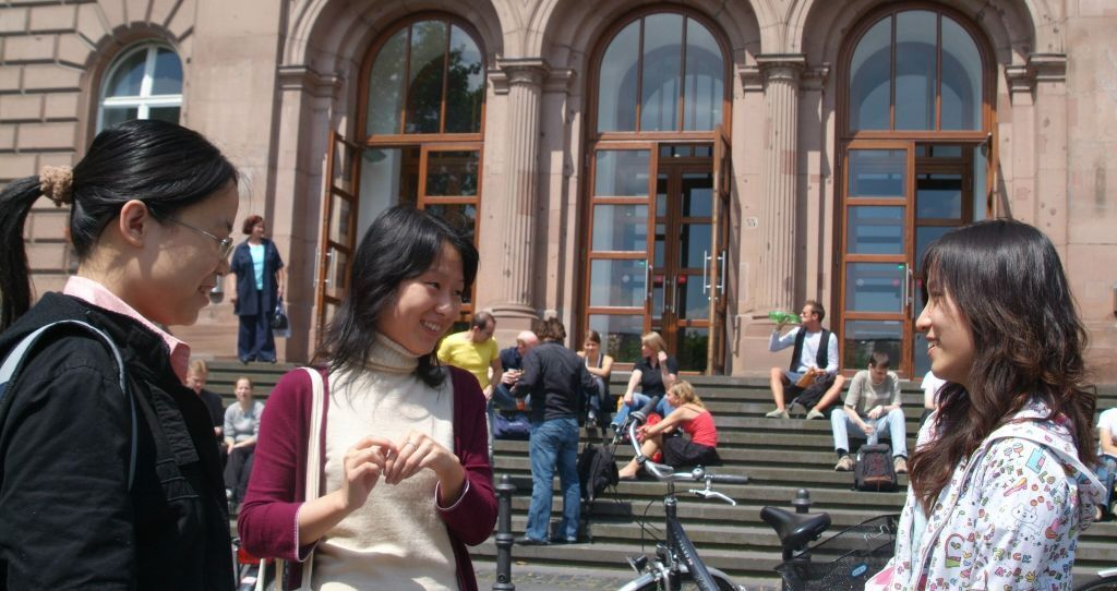 International Students in front of the RWTH Main Buildung