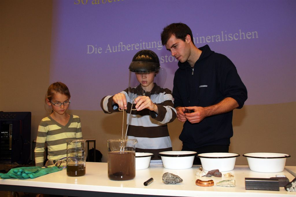 Children experience how steam originates, in a chemistry lecture.