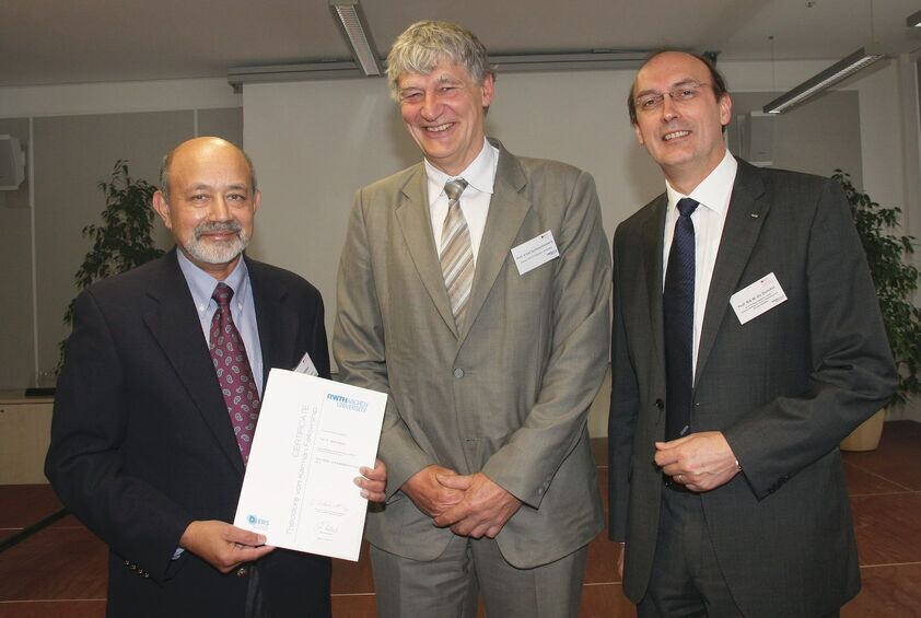 RWTH Rector Prof. Schmachtenberg and Prof. DeDoncker from E.ON Energy Research Center award Prof. Dr. Baliga (left) with the Theodore von Kármán Fellowship.