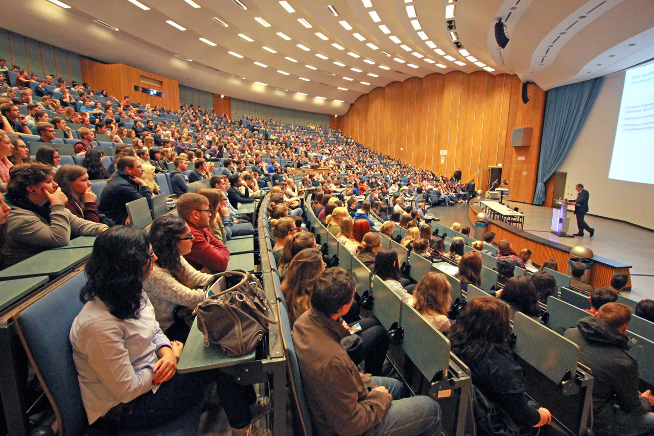 Students in the lecture hall at the welcome for the 2014/15 winter semester