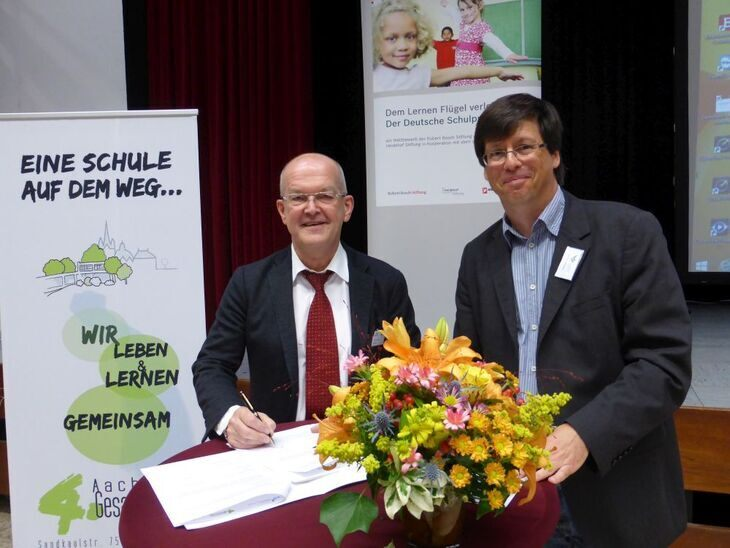 Professor Marold Wosnitza and Hanno Bennemann Sign the Cooperation Agreement