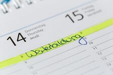 "A desk calendar showing an entry marked ""continuing education"" in German"